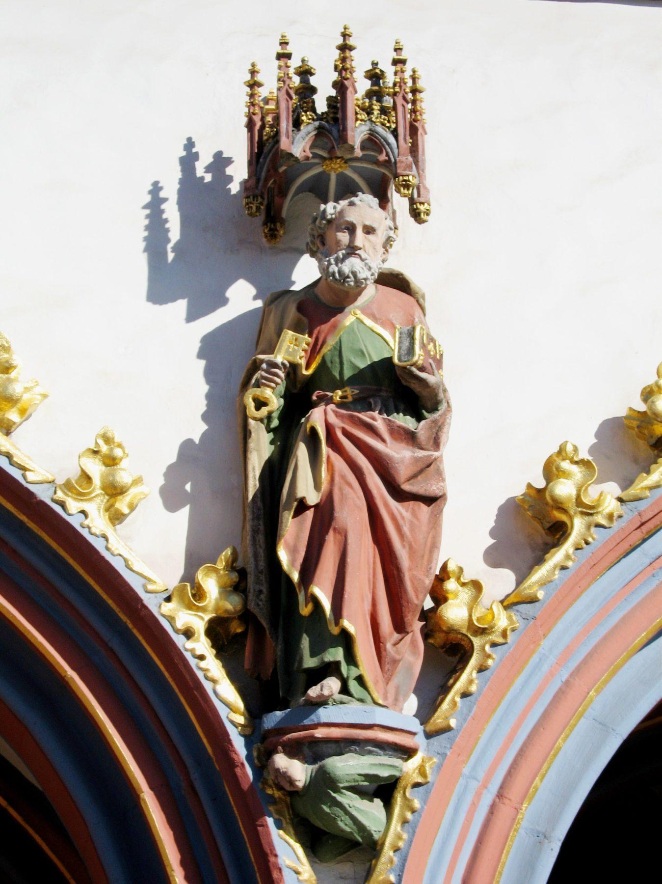 Abbildung des Stadtpatron Petrus an der Steipe am Hauptmarkt